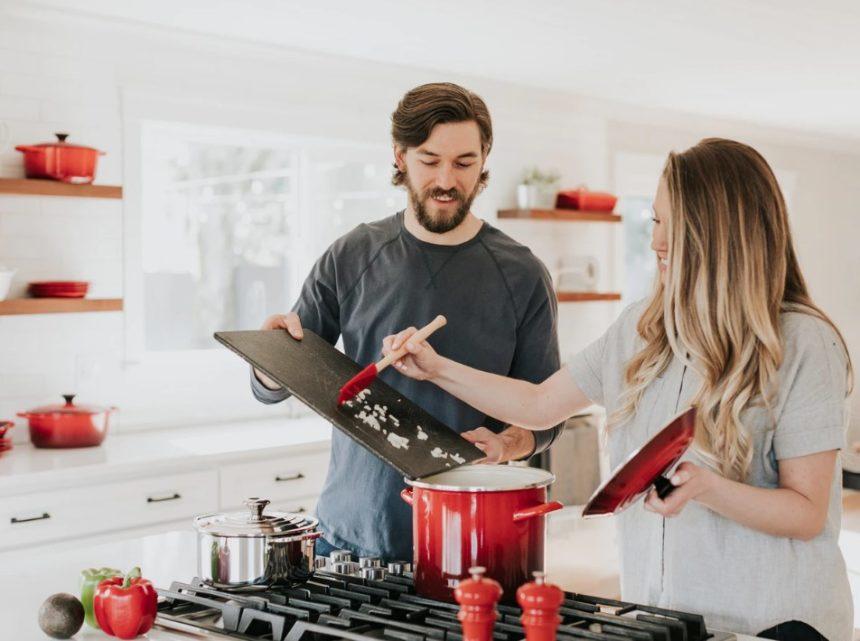 家事するカップル画像